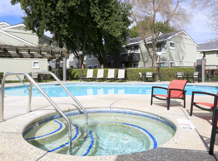 Spa and Pool l Ellington Apartments in Davis CA