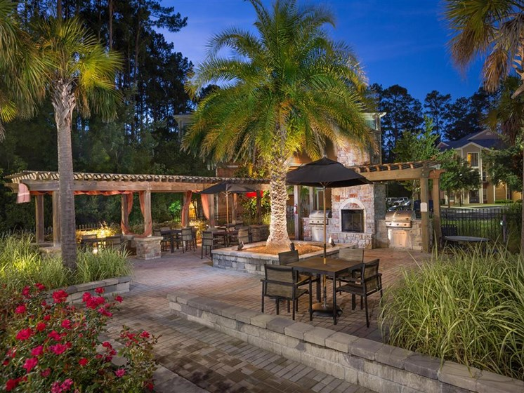 Resort Style Swimming Pool with Poolside Grilling Area and Spacious Sun Deck at Courtney Bend Apartment Homes, Hardeeville, SC 29927