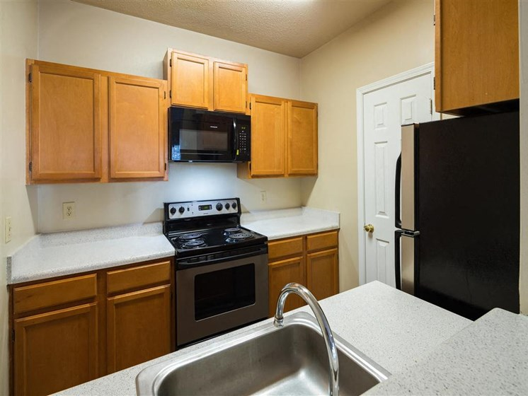Renovated Kitchens with Granite Countertops and Breakfast Bar with Tiled Backsplash at Park Summit Apartments, Decatur, GA 30033?