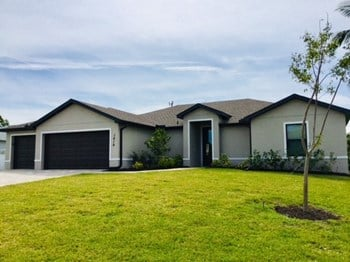 1416 SW 28 Ter 4 Beds House for Rent Photo Gallery 1