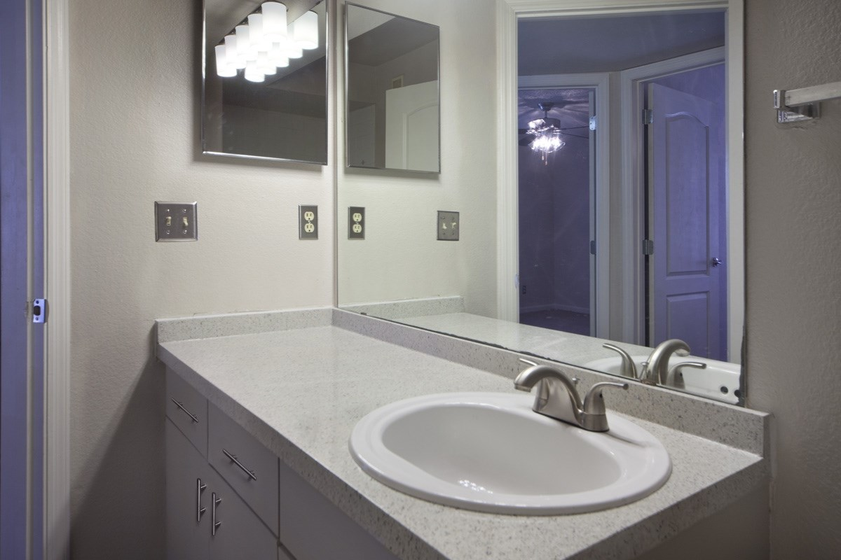 The Summit at Metrowest   Classic Style Bathroom