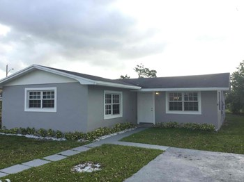 611 SW 12th Ave 4 Beds House for Rent Photo Gallery 1