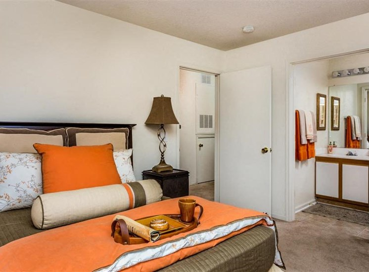 Spacious Bedrooms With en Suite Bathrooms at Hidden Creek Village Apartments, North Carolina