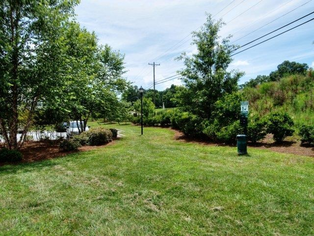 Lawn Landscaping With Greenery at Battleground North Apartments, Greensboro, NC, 27410