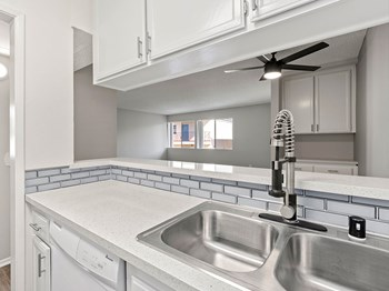 19143 Victory Blvd 1-3 Beds Apartment for Rent Photo Gallery 1