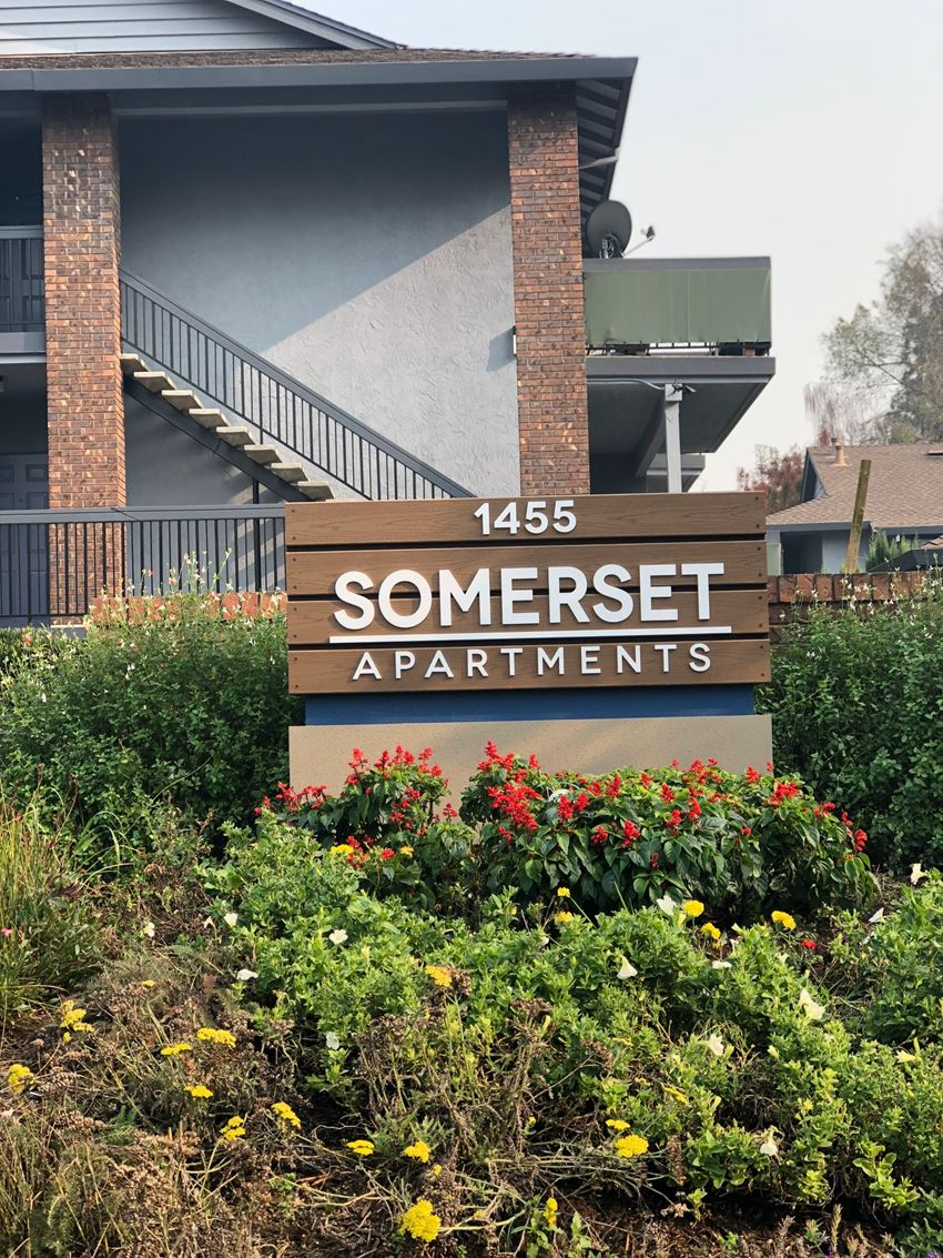 Monument Sign with Landscape  l Somerset Apartments for rent inMartinez, Ca l Somerset Apartments for rent inMartinez, Ca