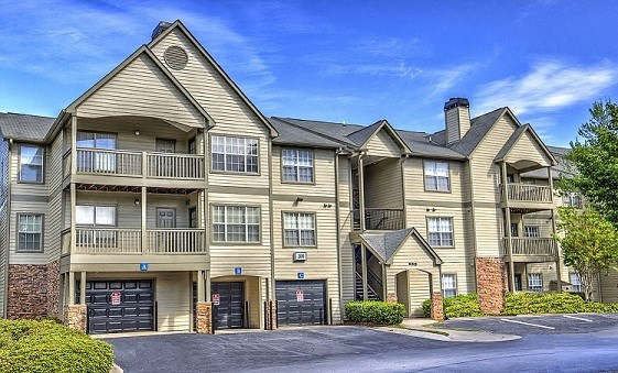 Luxury Apartments in Lithia Springs| Wesley Hampstead Apartments | Garages