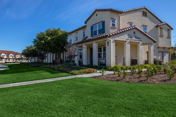 3040 North Oxnard Boulevard 2-3 Beds Townhouse for Rent Photo Gallery 1