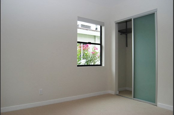 Brentwood-Luxury-Apartments-11665-Mayfield-Avenue-Interior-Bedroom-Closet