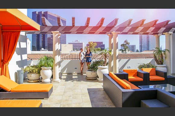 Brentwood-Luxury-Apartments-Luxe-Villas-Exterior-Rooftop-Lounge-Models2
