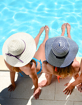 Women sunhats by the pool Photo
