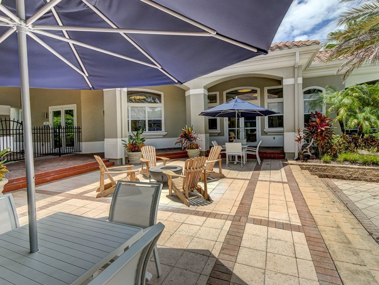 Courtyard Sitting With Umbrella Shades at Tuscany Bay Apartments, Florida, 33626