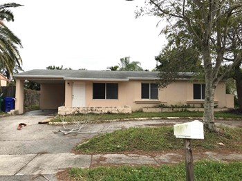 2230 SW 47Th Ave 4 Beds House for Rent Photo Gallery 1