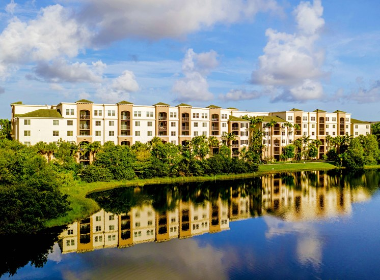 Vizcaya Lakes apartments in Boynton Beach, Florida is in an excellent location in the heart of Palm Beach County.