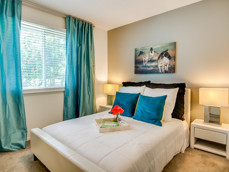 Guest bedrooms at Nori Apartments in North Kansas City, MO