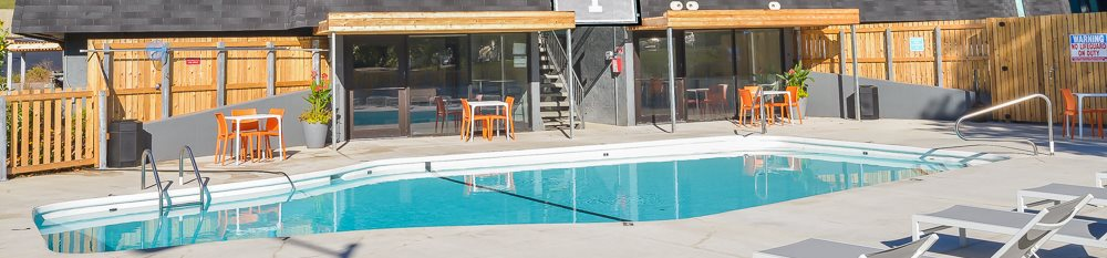 Outdoor blue swimming pool at Nori apartments in North Kansas City, Mo