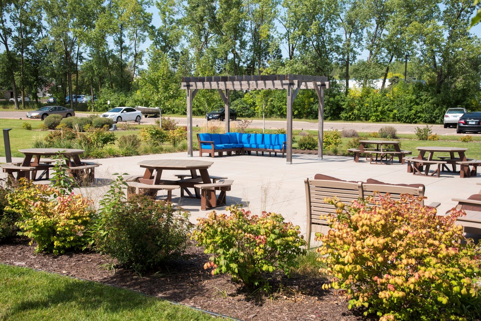 Picnic area at Shorview Grand apartments in Shoreview