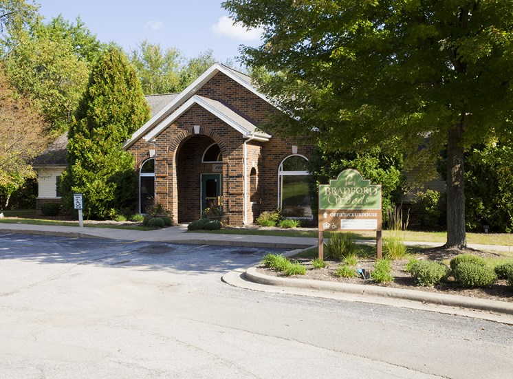 Clubhouse - Bradford Woods Apartments in Peoria, IL