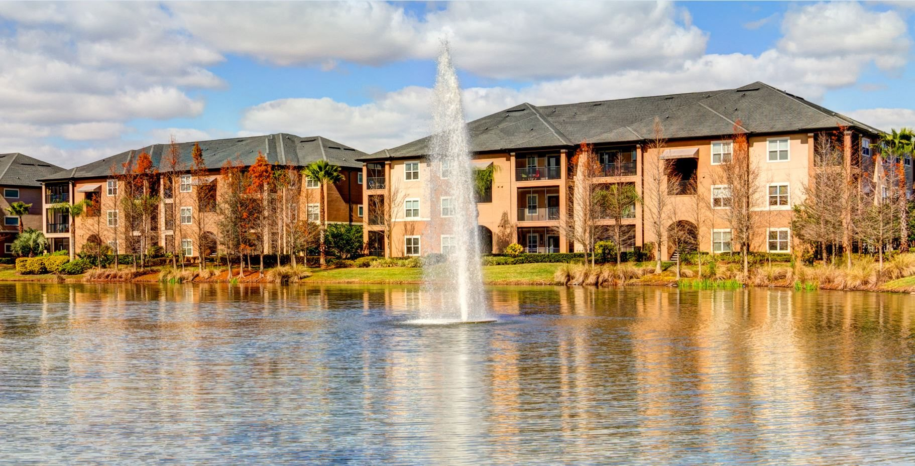 Beautiful Lake with Fountain at Verano Apartments, Kissimmee