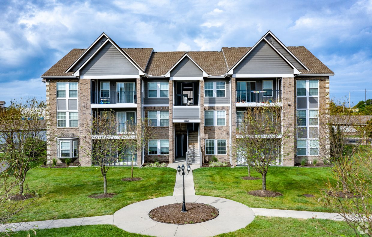 Exterior photo of building at Saddlewood Apartments in Olathe, Kansas near Garmin