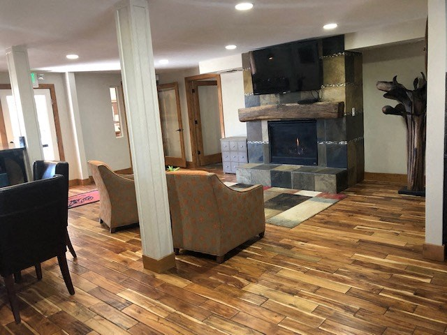 Furnished clubhouse with TV and seating Reno NV Apts For Rent at Southridge
