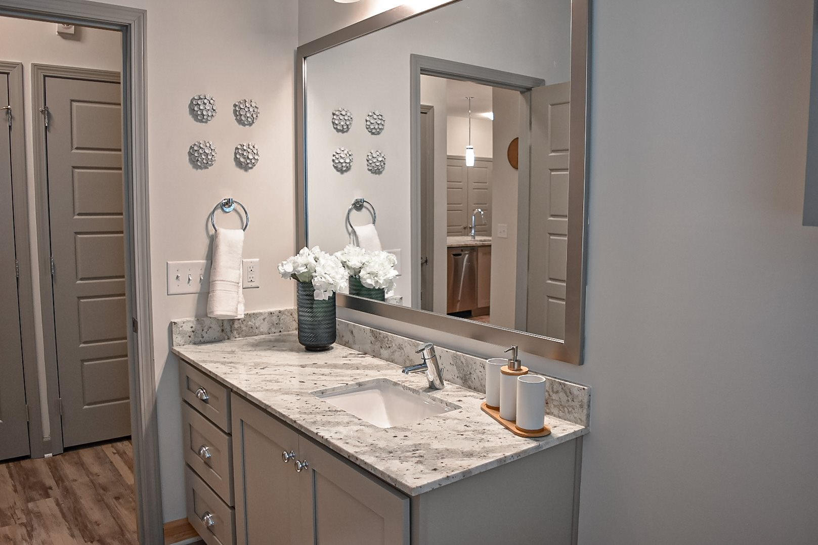 Bathroom with Modern Finishes and Large Vanity