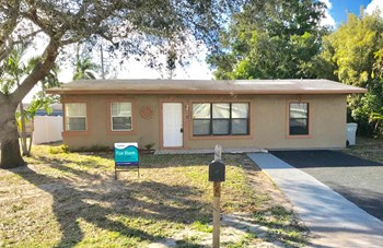 2411 NE 10Th Avenue 3 Beds House for Rent Photo Gallery 1