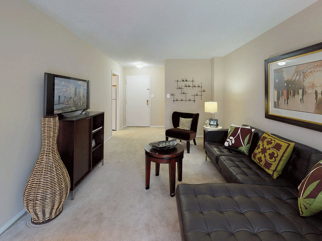 CLASSIC Spacious Living Area with Classic Furniture and Flat-screen TV - Apartments in Fairfax, VA