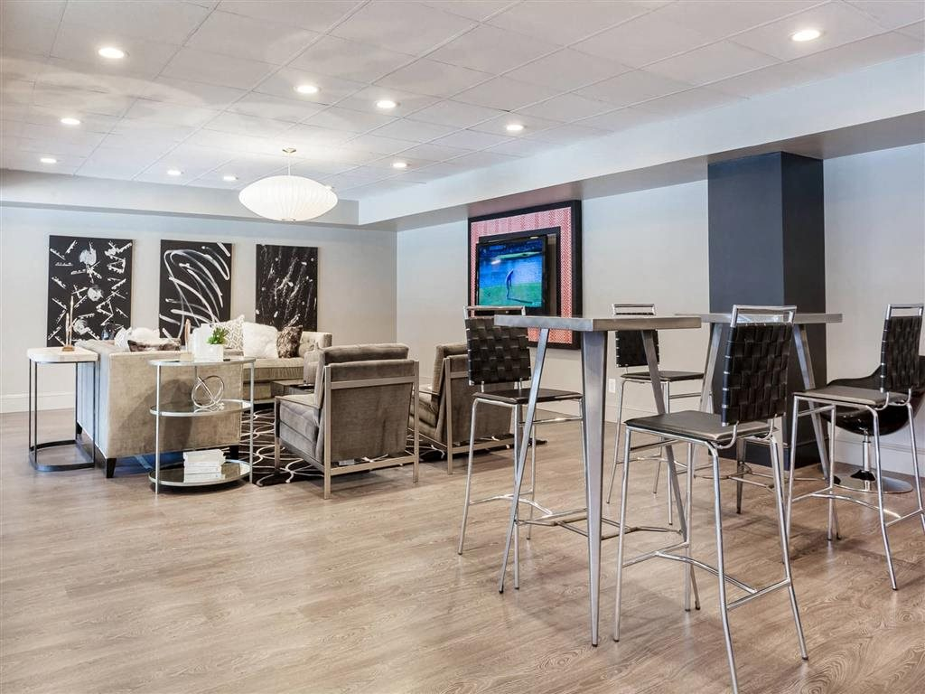 Resident Lounge with Comfortable Seating and Flat-screen Television at Trillium Apartments in Fairfax, VA