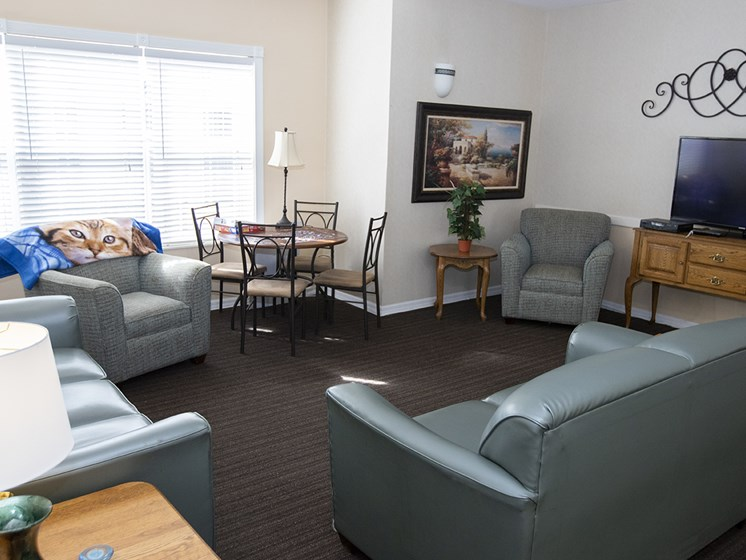 Resident Lounge with Media at Savannah Court & Cottage of Oviedo, Oviedo