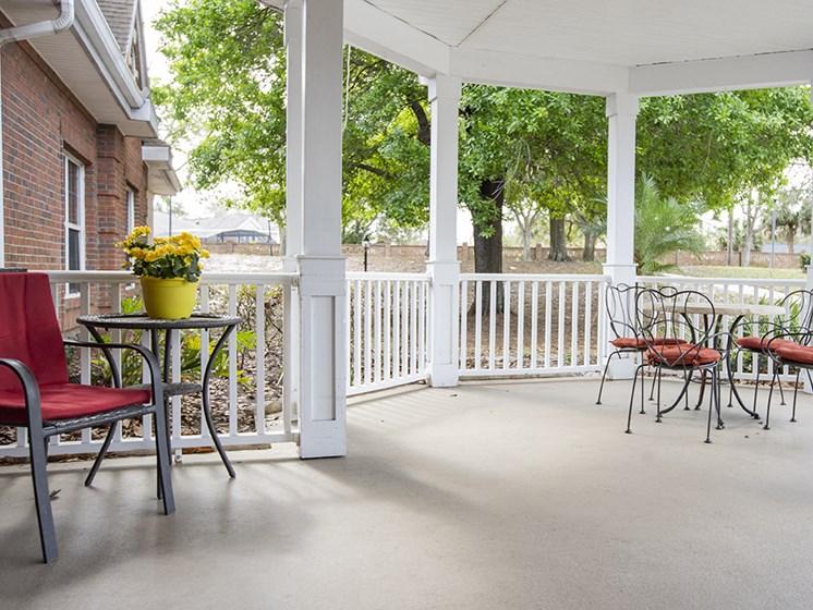 Outdoor Patio Area at Savannah Court & Cottage of Oviedo, Oviedo, Florida