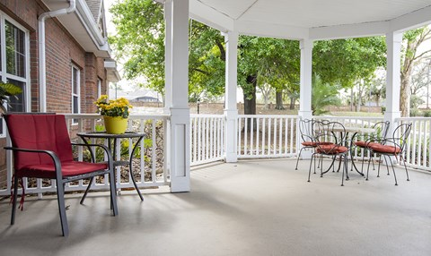 Outdoor Patio Area at Savannah Court & Cottage of Oviedo, Oviedo, Florida