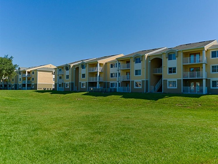 outdoor landscape and apartment buildings_Cypress Oaks Apartments Leesburg, FL