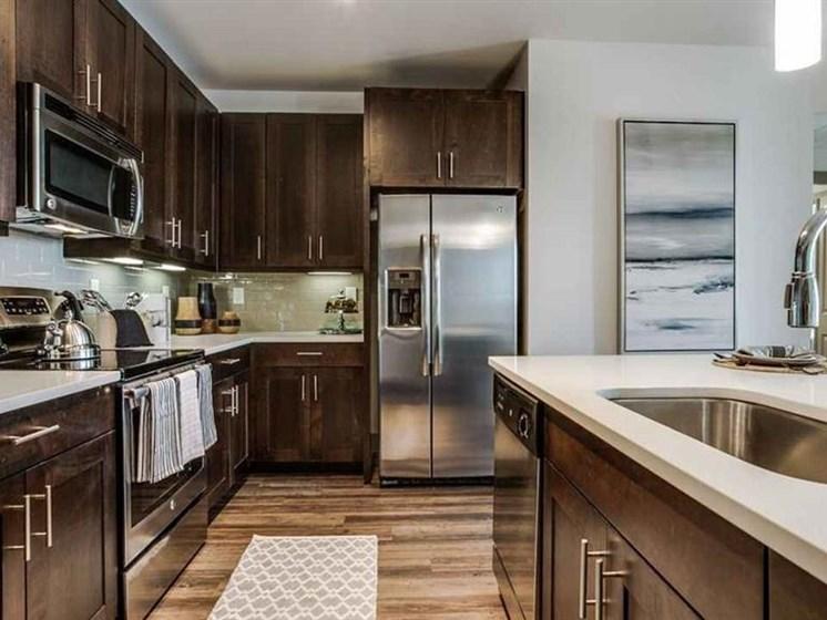 White Quartz Kitchen Countertops with Polished Edge
