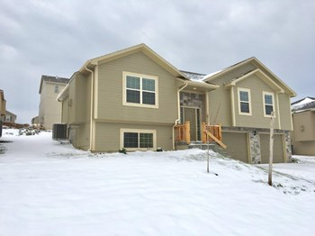 1305 NW Hilltop Lane 4 Beds House for Rent Photo Gallery 1