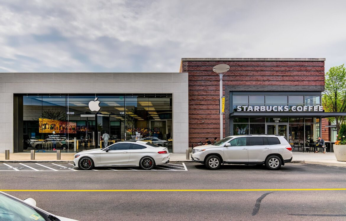 Enclave at Potomac Club Apartments in Woodbridge, Starbucks, AppleStore