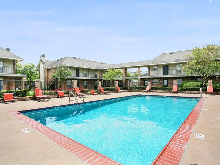 Pool at 21 South Parkview Apartments in Baton Rouge, Louisiana