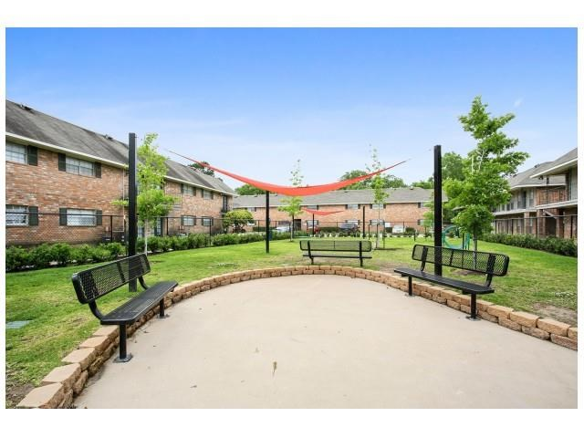 Pet Park sitting area at 21 South Parkview Apartments in Baton Rouge, Louisiana