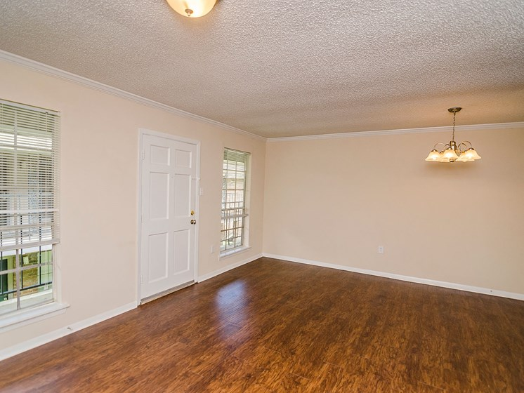 Open floor plan with wood floor at 21 South at Parkview Apartments in Baton Rouge, LA