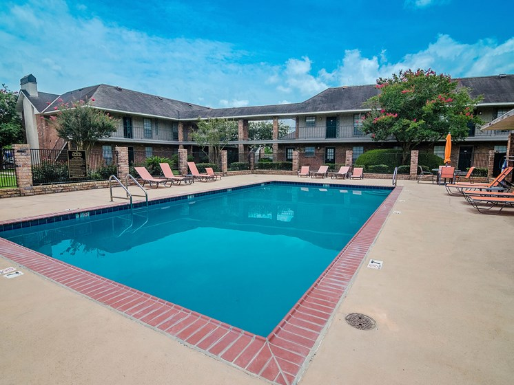 Pool at 21 South Parkview Apartments in Baton Rouge, LA