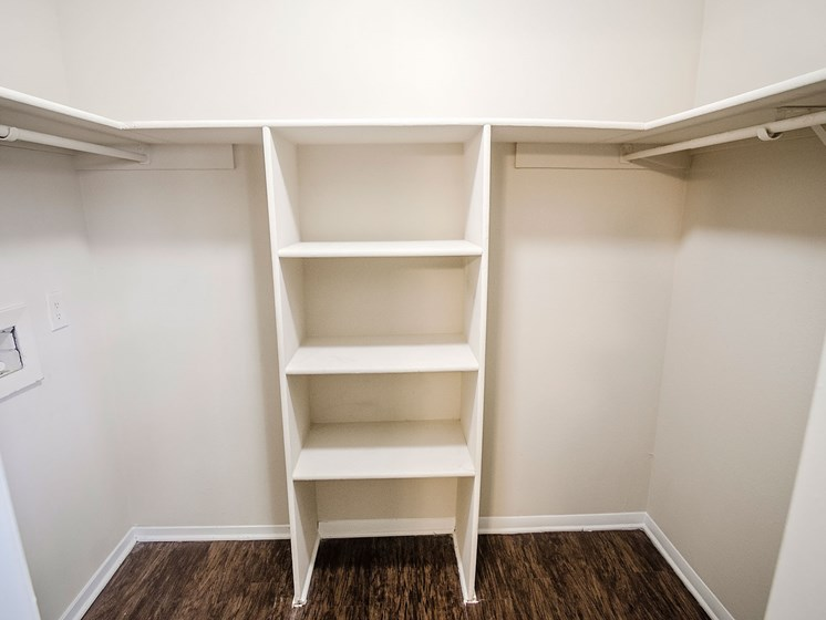 Shelves at 21 South at Parkview Apartments in Baton Rouge, LA