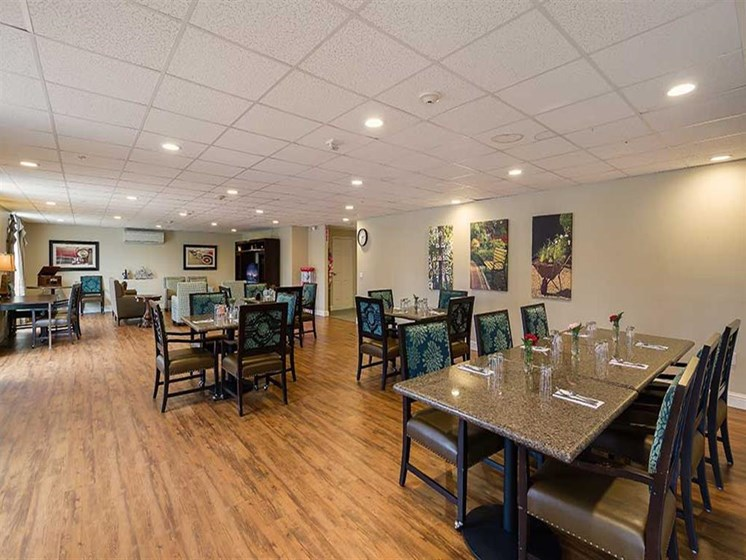 Join your friends for a meal in the dining room at Pacifica Senior Living Country Crest