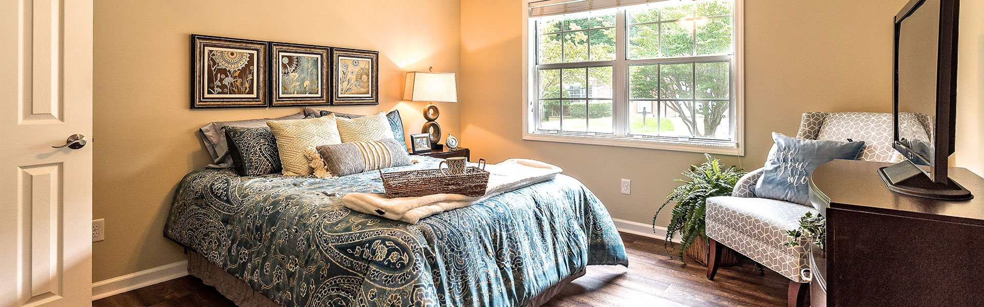 Spacious Bedroom With Comfortable Bed at Pacifica Senior Living Heritage Hills, Hendersonville, NC, 28791