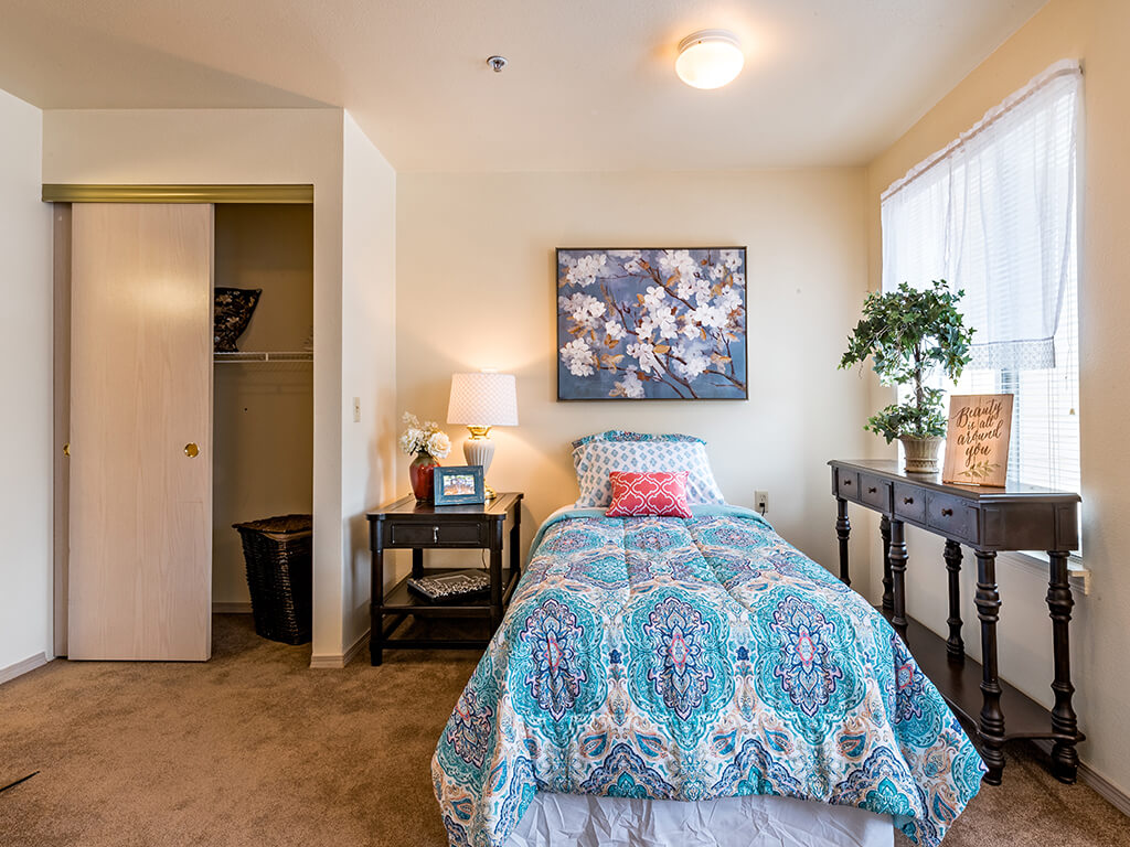 Open and Clean Bedroom with Plush Carpet at Pacifica Senior Living Klamath Falls, Klamath Falls, OR, 97601