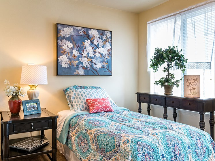 Large Bedroom with Nice Finishes at Pacifica Senior Living Klamath Falls, Klamath Falls, OR