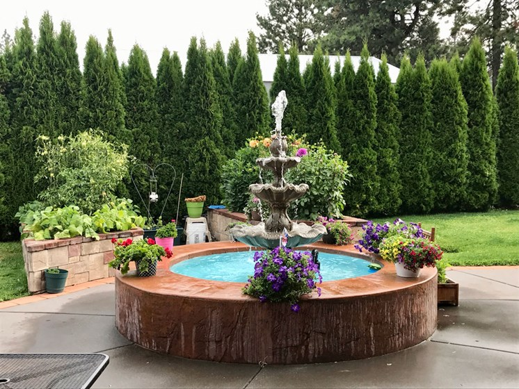 Beautiful Courtyard at Pacifica Senior Living Pinehurst, Pinehurst, ID, 83850