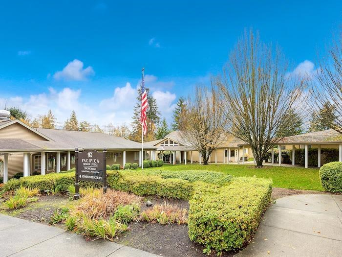 Beautiful Paths around apartments at Pacifica Senior Living Snohomish, Washington