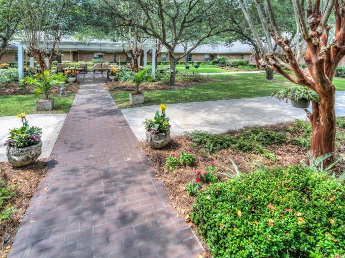Walking landscaping at Pacifica Senior Living Woodmont