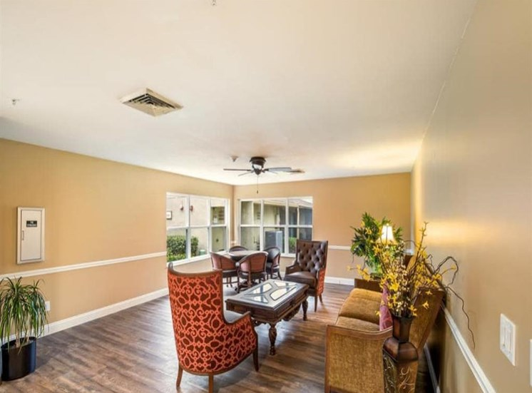 Spacious sitting room at Wyndham Lakes in Jacksonville, FL