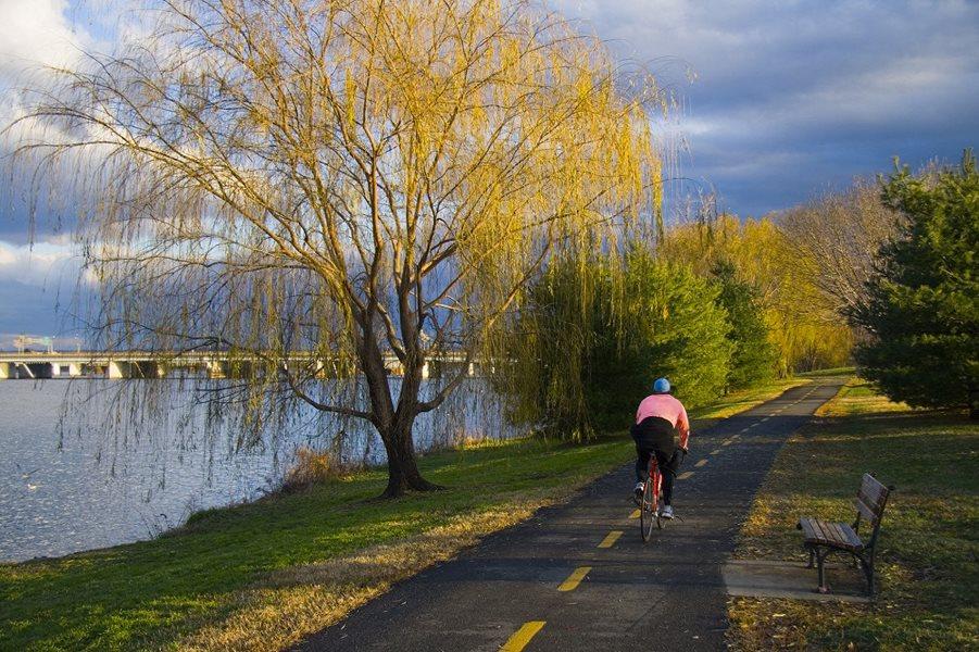Park/trail next to river by Bridgeyard in Alexandria, VA